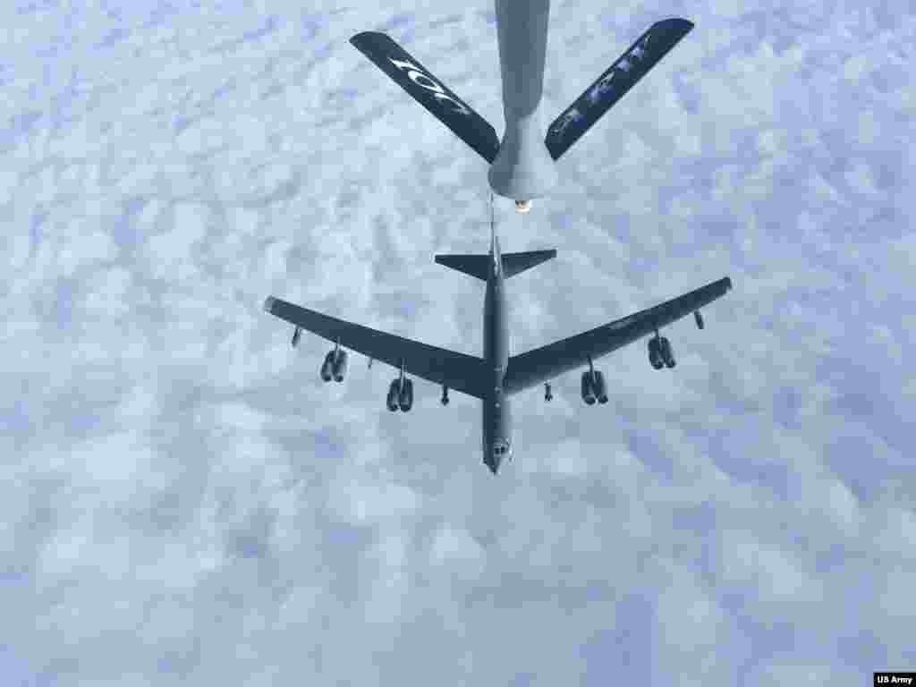 بمب افکن بی-۵۲ اچ در حال سوختگیری از یک هواپیمای کی.سی-۱۳۵ در راه اعزام به منطقه تحت پوشش فرماندهی مرکزی ایالات متحده سنتکام جهت پشتیبانی از ماموریت نیروهای آمریکا در ایجاد ثبات و امنیت در منطقه - هشتم ماه مه ۲۰۱۹ – هجدهم اردیبهشت ۹۸