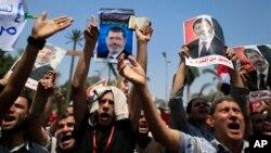 Những người ủng hộ Tổng thống bị lật đổ Morsi biểu tình phản đối gần Đại học Cairo.
