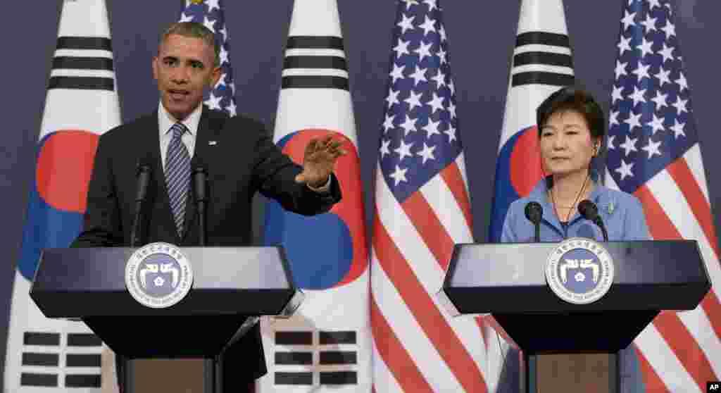 25일 바락 오바마 미국 대통령(왼쪽)과 박근혜 한국 대통령이 청와대에서 정상회담 후 공동기자회견을 가졌다.