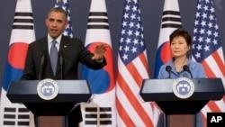 نشست خبری مشترک باراک اوباما (چپ) با رئیس جمهوری کره جنوبی در سئول، ٥ اردیبهشت ٩۳، AP