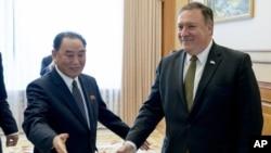 Pejabat senior Korea Utara Kim Yong Chol (kiri) dan Menlu AS Mike Pompeo di Pyongyang (foto: dok). Korea Utara membatalkan pertemuan kedua pejabat tersebut yang sudah direncanakan di New York.