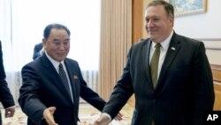 Ngoại trưởng Mike Pompeo và ông Kim Yong Chol, một giới chức cao cấp của đảng cầm quyền Triều Tiên tại nhà khách Park Hwa, ở Bình Nhưỡng ngày 7/7/2018.