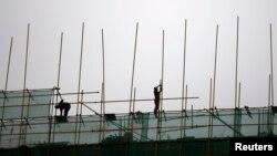 16일 중국 베이징의 빌딩 건축 현장. 중국의 지난 1분기 경제성장률이 7.4%를 기록하면서, 3분기 연속 하향세를 보였다.