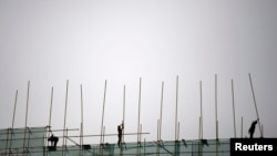4月16日工人在北京的一个建筑工地上干活