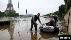 افزایش آب رودخانه سن بعضی را مجبور کرده با قایق های شخصی رفت و آمد کنند.