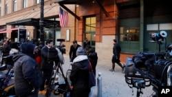 紐約市警察局拆彈組星期四用一輛特殊卡車把寄給德尼羅的可疑包裹運離翠貝卡社區。
