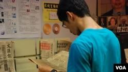 臨時六四紀念館內展出1989年六四事件發生前後的香港報章供參觀者閱讀