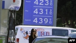 U aprilu je prosečna cena benzina iznosila više od 4 dolara po galonu.