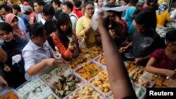 Para pembeli membeli makanan untuk buka puasa di daerah Benhill Jakarta (30/6). Bahan kebutuhan pokok cenderung meningkat pada periode Ramadhan - Idul Fitri.