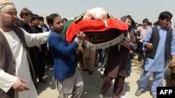 Des personnes en deuil chiites afghanes portent le cercueil d'une victime tuée dans un attentat suicide la veille à Kaboul, le 16 août 2018.