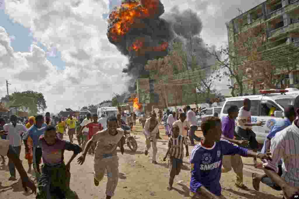 Người Somali tháo chạy khỏi chỗ quả cầu lửa và vụ nổ trong một đám cháy khu chợ ở thủ đô Mogadishu.