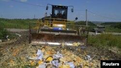 Buldozer Rossiya sanksiyasiga uchragan xorijiy oziq-ovqatlarni yer bilan tekislamoqda, Belgorod oblasti, Rossiya, 6-avgust, 2015-yil