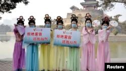 在河北邯郸的一个公园里,微电影俱乐部的成员穿着仙女服装,宣传抵制雾霾(资料照片)