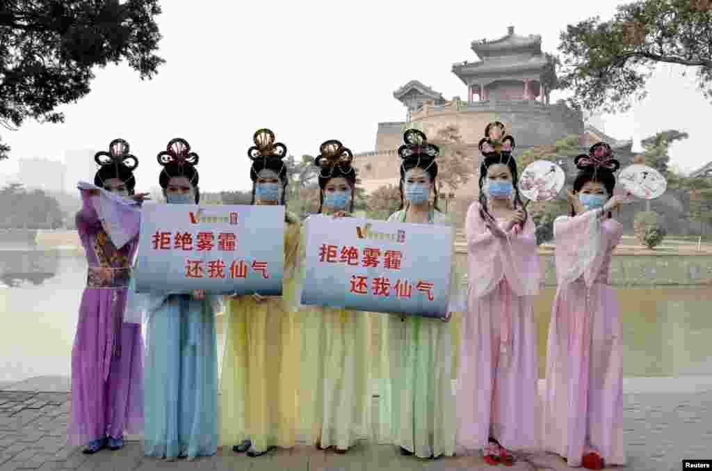 """在河北邯郸的一个公园里,微电影俱乐部的成员穿着仙女服装,宣传抵制雾霾(2015年1月12日).北京的雾霾部分来自周边的河北。 为保卫空气质量,2016年10月20日,京津冀及周边地区大气污染防治协作小组会议提出将在北京、天津、保定、廊坊建设国家""""禁煤区""""。"""