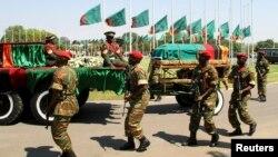 Les drapeaux sont en berne alors que le cortège funéraire du président zambien Michael Sata arrive pour la cérémonie du dernier hommage à Lusaka, Zambie, le 10 novembre 2014.