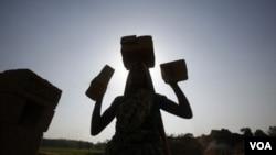 Seorang perempuan etnis Bru bekerja di sebuah pabrik batu bata di pinggiran Agartala, ibukota provinsi Tripura, India.