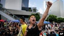 Sinh viên biểu tình hô khẩu hiệu bên ngoài trụ sở chính phủ ở Hong Kong.