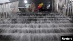 7月21号暴雨时北京一个地铁站出口的降雨积水情况