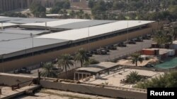 伊拉克政府军1月1日在美国驻巴格达大使馆外面加强警戒。