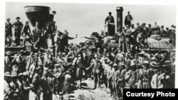 1869年横贯美国大陆铁路竣工典礼的历史照片。