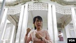 Aung San Suu Kyi berbicara kepada media di rumahnya di Yangon (11/7).