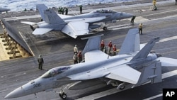 圖為2010年美國FA-18戰機準備從停靠在日本南部沖繩縣的喬治華盛頓號航母上起飛資料照。