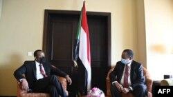 Le Premier ministre éthiopien Abiy Ahmed rencontre son homologue soudanais Abdalla Hamdok en marge du 38e Sommet extraordinaire de l'IGAD à Djibouti, le 20 décembre 2020.