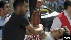 Petugas medis mengangkut korban luka-luka dalam ledakan bom di Antalya, Turki selatan (30/9).