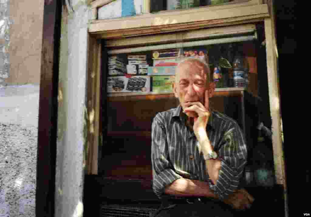 دمشق کے پرانے شہر کے ایک عیسائی محلے کا ایک دوکاندار گاہک کا انتظار کررہاہے