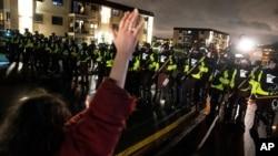 Protesti zbog smrti Dontea Rajta u Bruklin Centru, u Minesoti (Foto: AP)