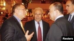 敘利亞反對派成員穆薩.艾.霍爾迪(左),與前敘利亞全國委員會(SNC)負責人和阿拉伯國家聯盟﹐聯合國特使在多哈舉行的大會上。