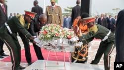 Presiden Burundi Pierre Nkurunziza (kedua dari kiri) meletakkan karangan bunga di makam pahlawan di Bujumbura, Burundi (1/7). (AP/Berthier Mugiraneza).