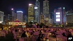 人們在香港的一個戶外公園裡看電影。 (2020年11月10日)