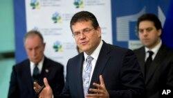 Ông Maros Sefcovic (giữa), ủy viên Ủy ban Châu Âu, tại một cuộc họp báo (ảnh tư liệu, tháng 6/2016)