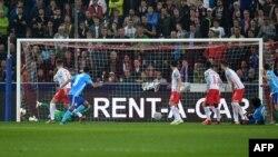 Le défenseur de Marseille, Rolando, marque un but lors du match retour de la demi-finale de l'Europa League à Salzbourg, Autriche, le 3 mai 2018.