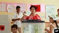 23일 알바니아 유권자가 티라냐에서 투표하고 있다