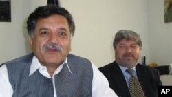 وفاقی وزیر نجم الدین خان اور عمران زیب صحافیوں کو تفصیلات بتارہے ہیں