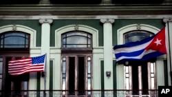 美國和古巴國旗今年一月份在哈瓦那一家酒店迎風飄揚。當時兩國代表正在酒店內談判。