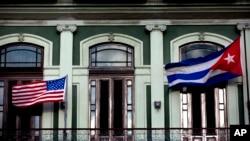 Quốc kỳ Cuba và Mỹ trên ban công của khách sạn Saratoga ở Havana.