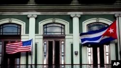 រូបភាពឯកសារ៖ ទង់ជាតិអាមេរិកនិងគុយបា ត្រូវបានដាក់នៅយ៉រសណ្ឋាគារ Saratoga ក្នុងទីក្រុង Havana កាលពីថ្ងៃទី១៩ ខែមករា ឆ្នាំ២០១៥។