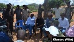 Les autorités somaliennes et les forces de sécurité en réunion après une attaque qui a permis de tuer le cerveau de l'attaque qui avait fait 148 morts en 2015 à l'université de Garissa, Somalie, 1e juin 2016. VOA/Ksimayo