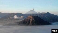 Gunung Bromo (2.392 meter) di Jawa Timur merupakan gunung berapi yang masih aktif.