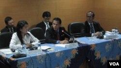 Anggota BPK Rizal Jalil (tengah) didampingi para staf pejabat BPK, memberikan keterangan seputar UN di Jakarta, Kamis (25/4).