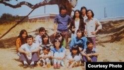 Tác giả mặc áo màu xanh biển, ngồi bên phải, chụp hình kỉ niệm với bạn trong Camp Pendleton năm 1975 (ảnh Bùi Văn Phú)