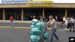 Las medidas afectan a turistas y viajeros frecuentes que llevan mercancías a la isla.