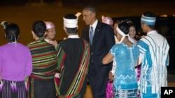 Prezident Barak Obamani Myanma poytaxti Neypido xalqaro aeroportida kutib olishmoqda, 12-noyabr, 2014-yil