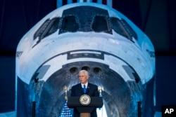 마이크 펜스 부통령이 5일 버지니아주 챈틸리에 있는 스미소니언 항공우주박물관 산하 시설에서 연설하고 있다.
