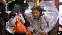 Trận bão quét qua mạn nam Hong Kong, mang theo gió giật lên tới 160 km/giờ.