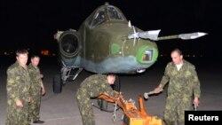 سربازان روسیه، در حال انتقال یک جنگنده سوخوی ۲۵ به یک پایگاه نظامی در فرودگاه بغداد – ۷ تیر ۱۳۹۳