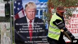 Plakat kojim se najavljuje govor Donalda Trampa na trgu Krasinski